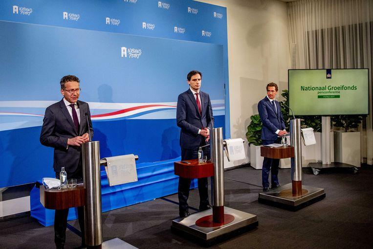 Jeroen Dijsselbloem met de demissionaire ministers Hoekstra en Van 't Wout, bij de presentatie van de eerste investeringsronde van het Nationaal Groeifonds. Beeld ANP, Robin Utrecht