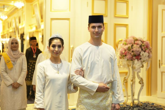 Dennis Verbaas en zijn Maleisische prinses Tunku Tun Aminah zijn maandag in de echt verbonden. Veel Maleisiërs genoten van het sprookjeshuwelijk dat op grote schermen te volgen was.