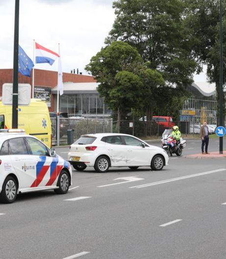 Rij-maar-door-signaal gemist in Apeldoorn: auto vol in flank gereden