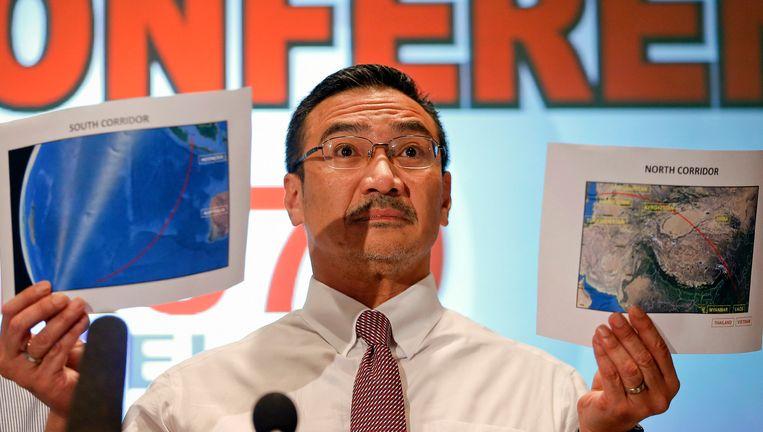 De minister van Transport toonde op de persconferentie twee kaarten met mogelijke zoekpistes. Beeld REUTERS