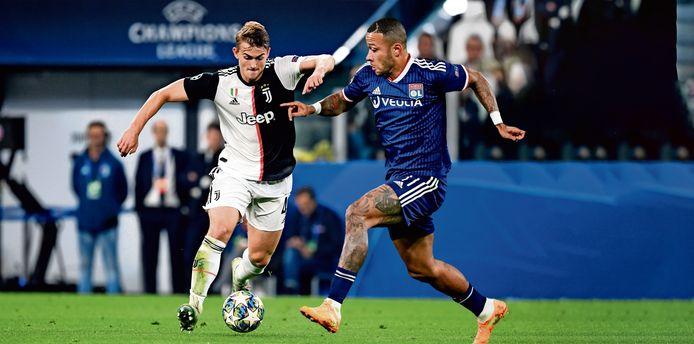 Matthijs de Ligt en Memphis Depay in een fictief duel. Depay was er in februari vanwege zijn zware knieblessure niet bij toen Lyon thuis met 1-0 won van Juventus.Vanavond in Turijn kan de aanvaller wel weer spelen.