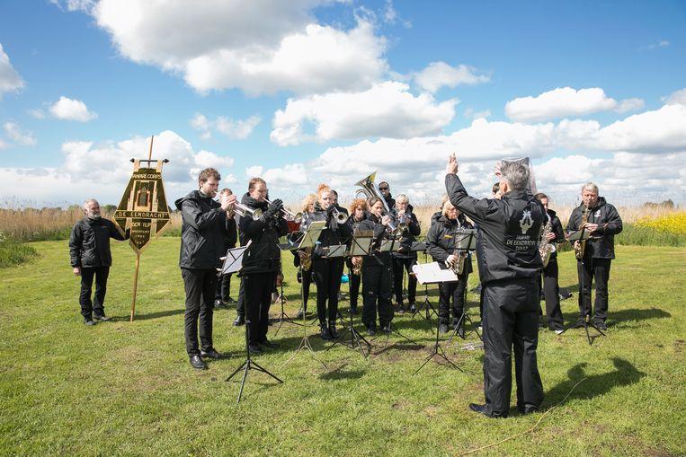 De doden-herdenking vindt plaats op de plek waar in 1941 een Engelse bommerwerper crashte. Beeld Dingena Mol