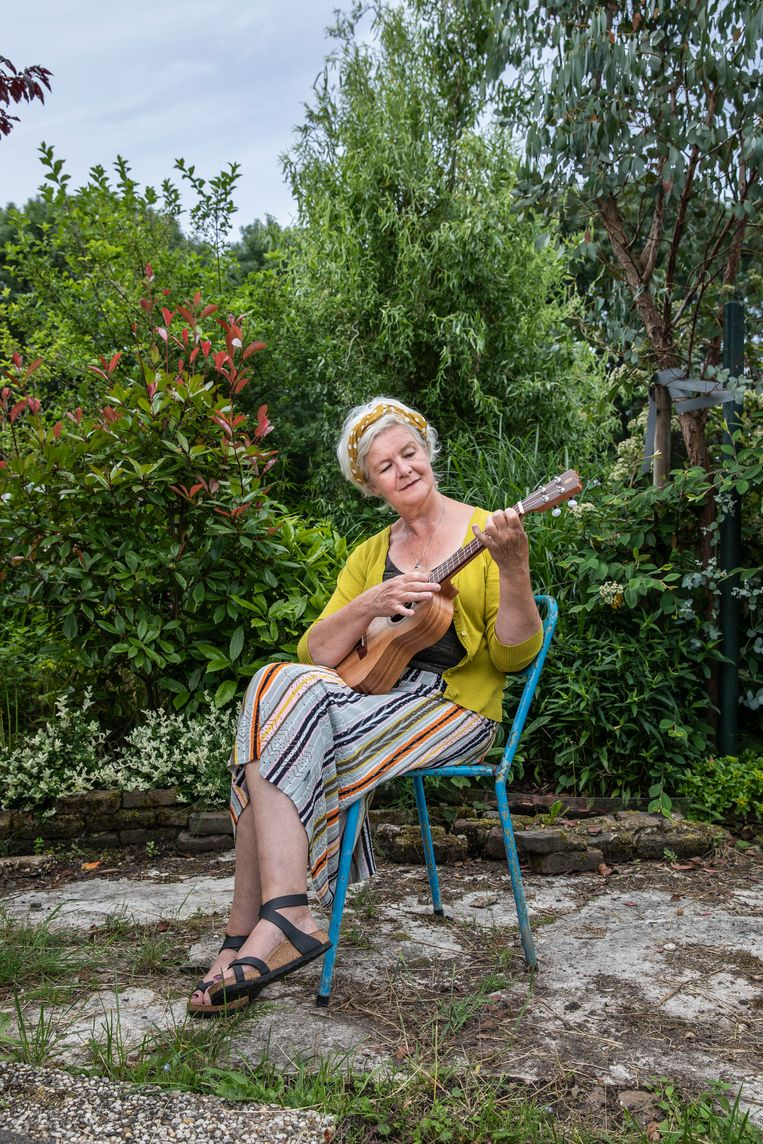 Petra Nannes (59): 'De ukelele heeft iets iets joie de vivre-achtigs.' Beeld Dingena Mol
