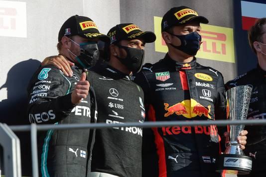 Lewis Hamilton op het podium geflankeerd door Valtteri Bottas en Alexander Albon.