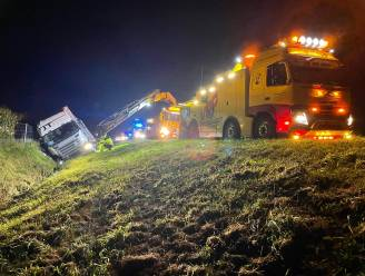 Twee vrachtwagens belanden in gracht langs E19: bestuurder in levensgevaar