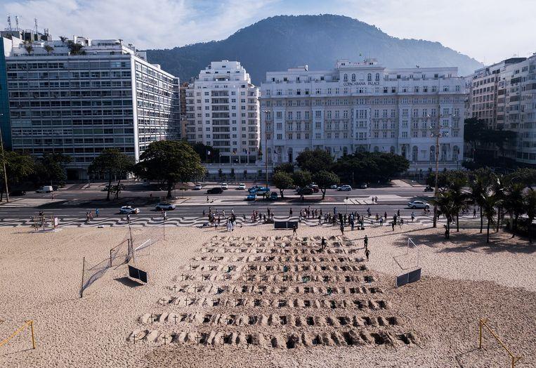 De kruizen op het Copacabana-strand. Beeld AFP