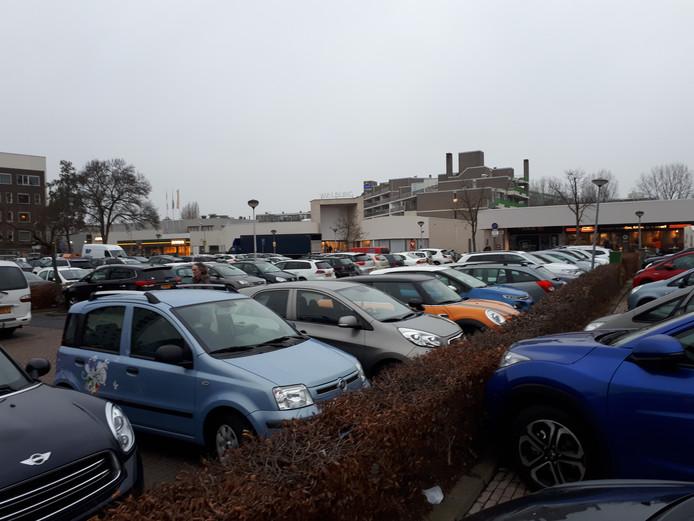 De parkeerplaats bij winkelcentrum Walburg in Zwijndrecht moet een stuk groener worden.