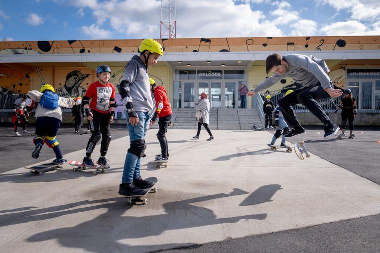 Jongeren volgen een workshop skateboarden aan Skatehouse tijdens CHILL-week.