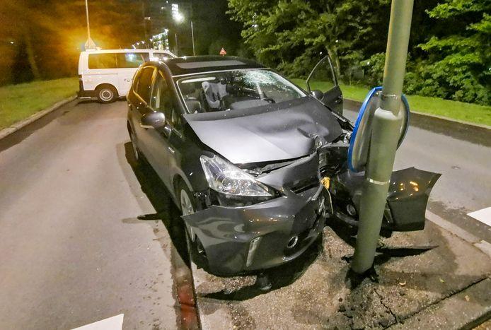 De auto raakte total loss bij de crash tegen een lantaarnpaal.