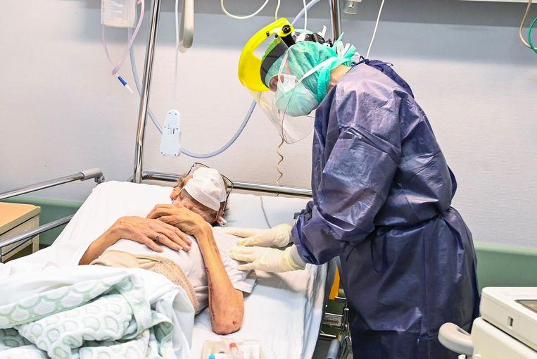 Een patiënt krijgt verzorging in het ziekenhuis. Beeld Photo News