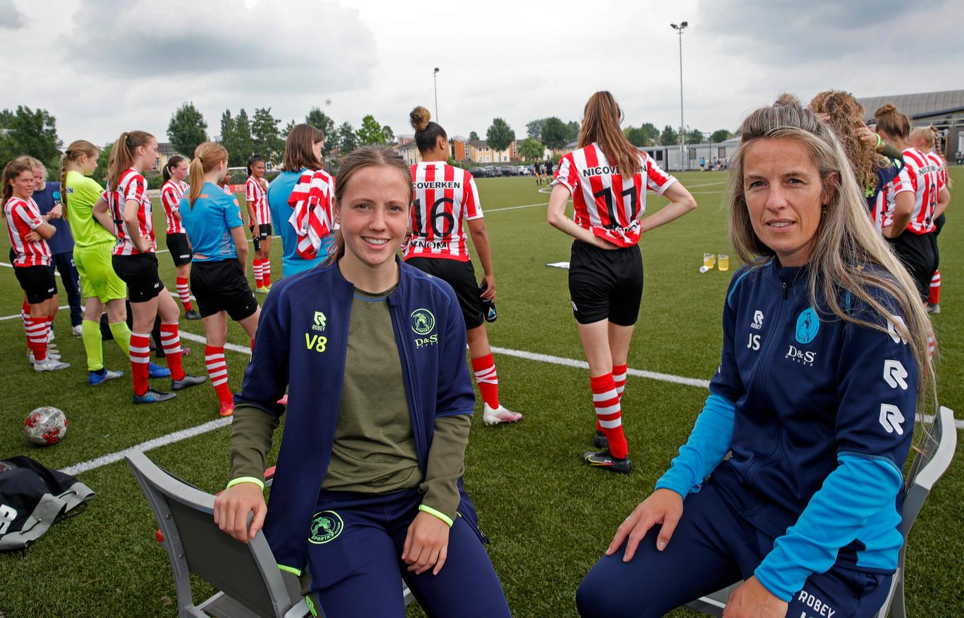 Sparta-voetbalster Veerle van Spijk (l) en Sparta-coördinator vrouwenvoetbal  Jonneke Schuurbiers.