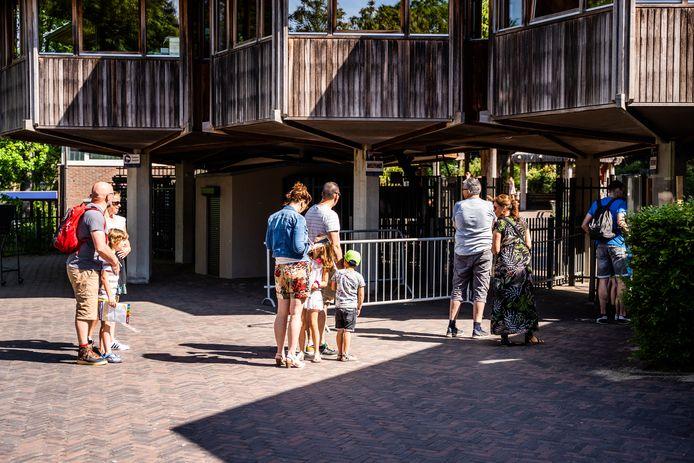 Liefhebbers van dierentuinen moeten nog even wachten tot ze weer in de rij kunnen gaan staan voor de ingang van Burgers' Zoo in Arnhem, zoals op deze archieffoto.