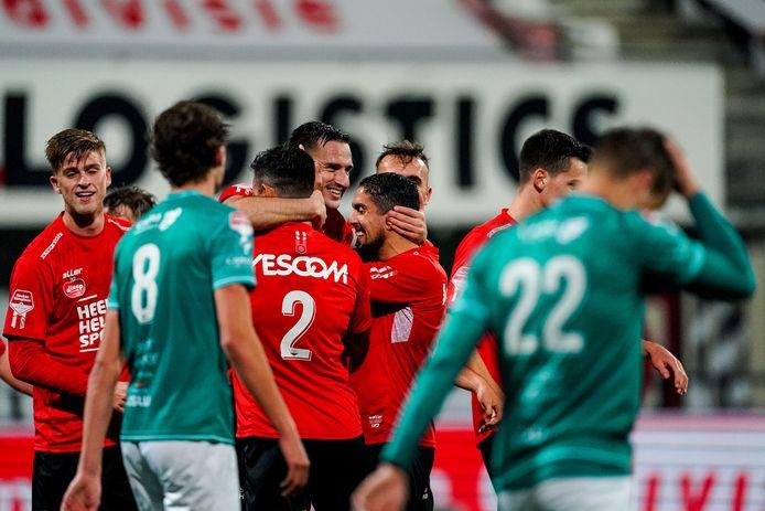 Jeff Stans (midden) viert zijn doelpunt tegen Excelsior met zijn medespelers van Helmond Sport.