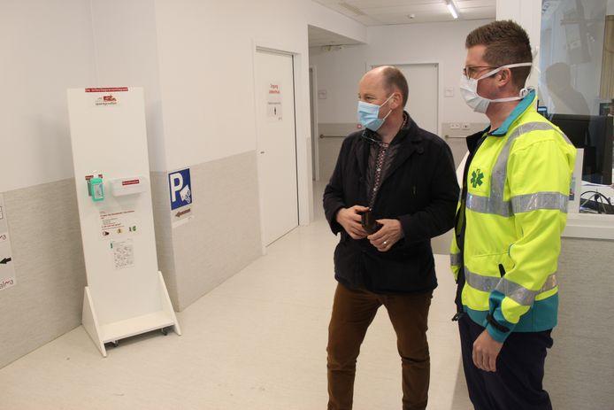 Burgemeester Luc Vandevelde van Eeklo bij een eerder werkbezoek in het ziekenhuis AZ Alma.