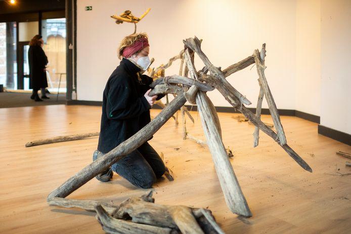 Smila Zinecker cureert samen met Emma Johnson de tentoonstelling.