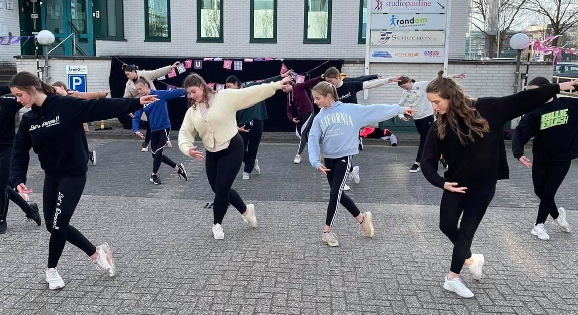 Dansers van Studio Pauline tijdens een training buiten.