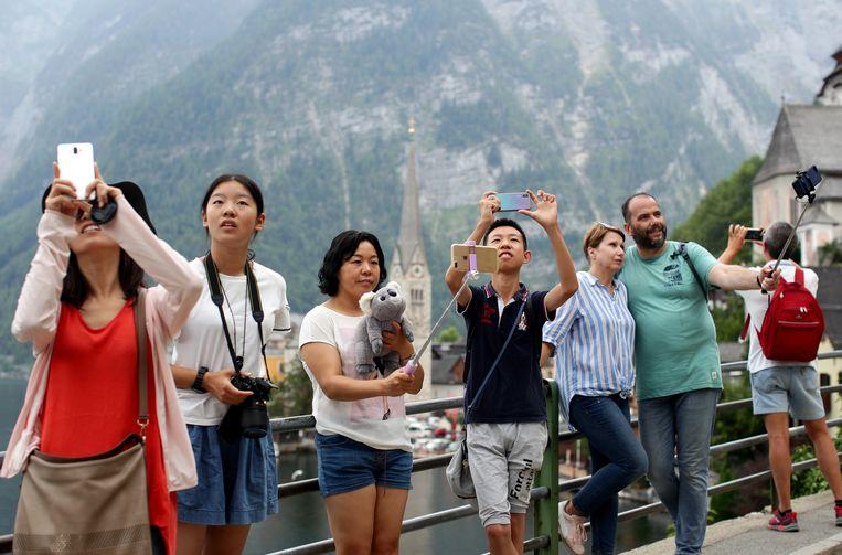 Toeristen nemen selfies in Hallstatt Beeld Reuters