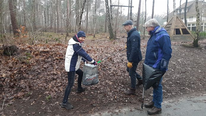 Leden van de Rotaryclub Hellendoorn-Nijverdal en omstreken zijn bezig met het opschonen van de natuur in de omgeving van hotel-restaurant De Uitkijk in Hellendoorn.