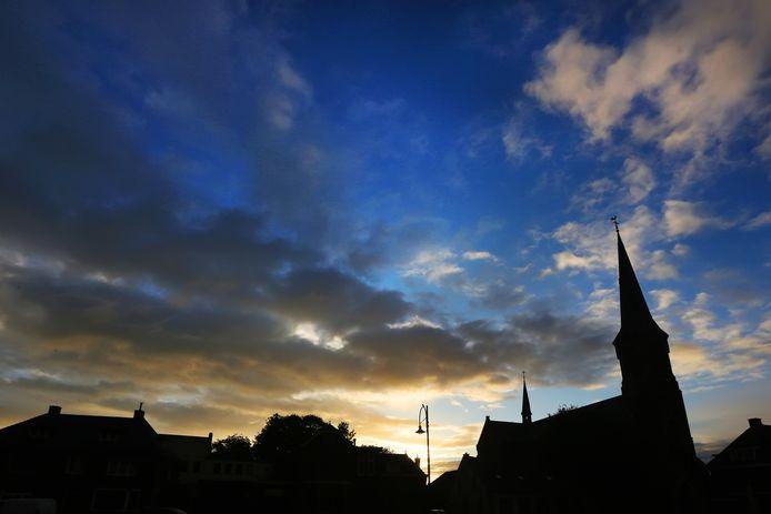 Donkere wolken pakken zich samen boven Den Hout. Het dorp vreest opgeslokt te worden door het uitbreidende Oosterhout.