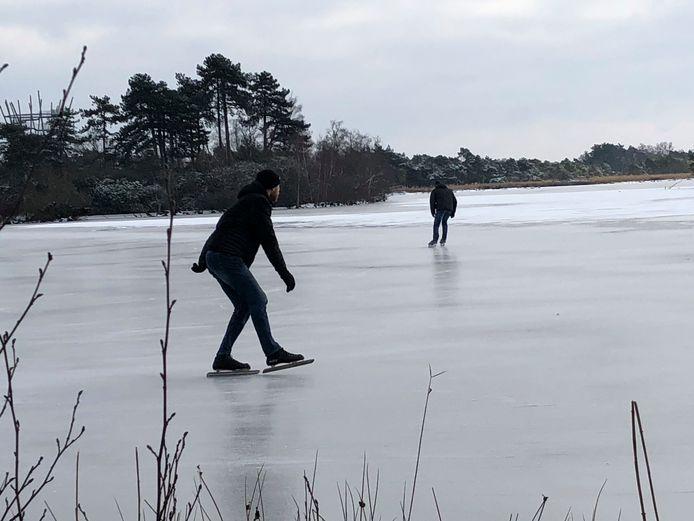 Eerste schaatsers op De Flaes.