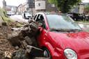 Stenen en aarde van een bovenliggend voetbalpleintje rolden naar beneden en beschadigden de auto.