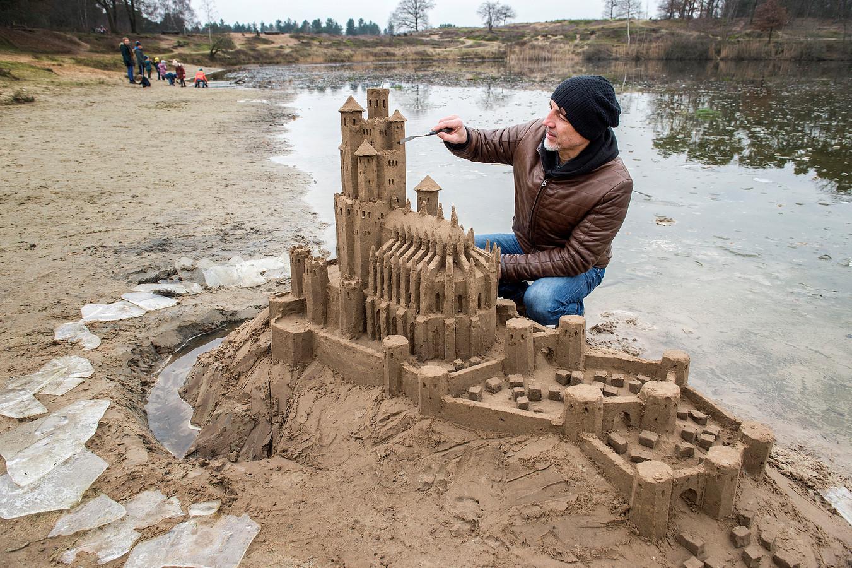 Leonardo Ugolini werkt aan zijn zandsculptuur van het kasteel uit 'The Game of Thrones'.