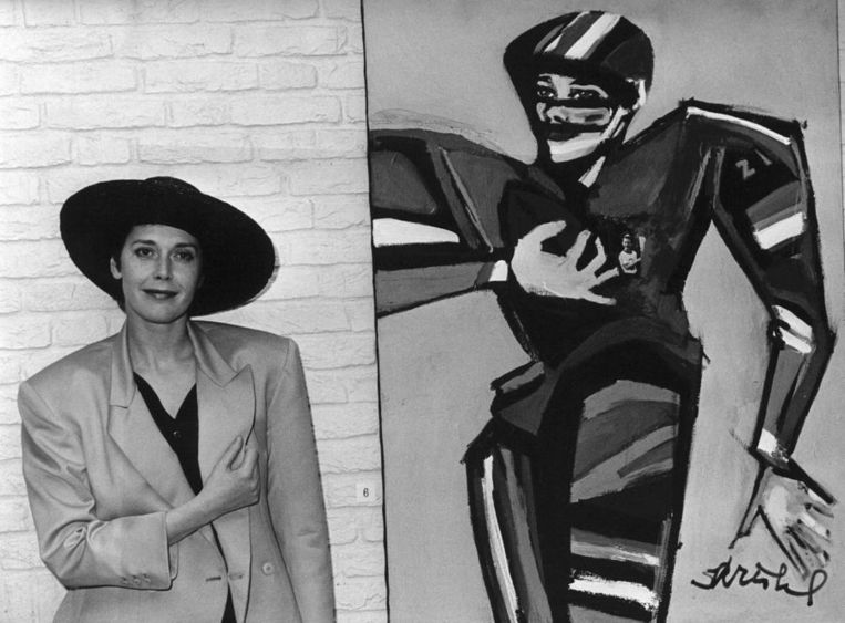 Sylvia Kristel met een van haar werken. Beeld null