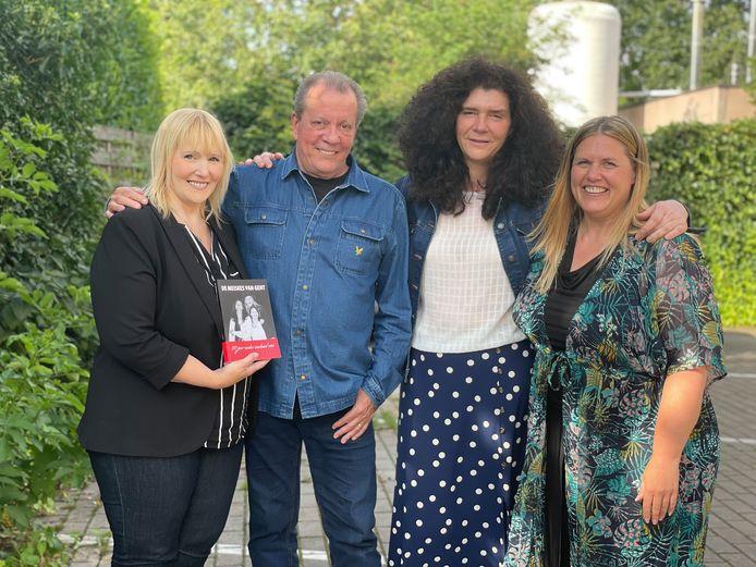 Vlnr.: Christelle De Bosschere, Natacha Van Meenen en Petra Rousseau bij hun idool Walter Grootaers.