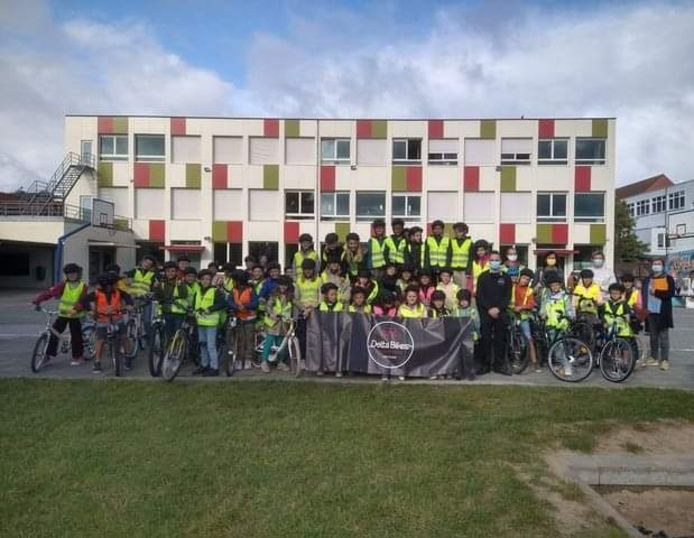 De leerlingen van het vijfde en zesde leerjaar ontvingen een fluohesje en fietshelm.
