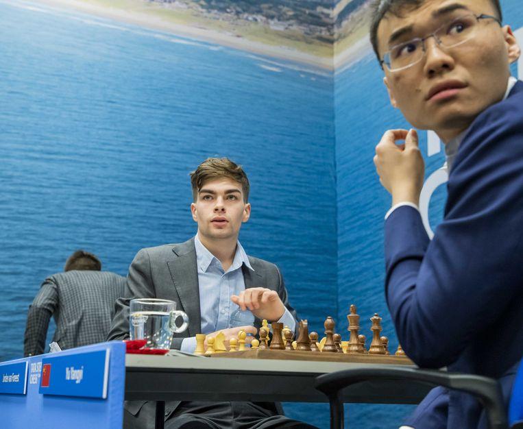 De Nederlandse Jorden van Foreest (links) speelt tegen de Chinese Yangyi Yu (rechts) tijdens de eerste ronde van de 82ste editie van het Tata Steeltoernooi. Beeld EPA