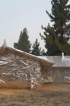 Prijzige verpakking: Californische huiseigenaren omwikkelen stulpjes met alufolie tegen bosbranden