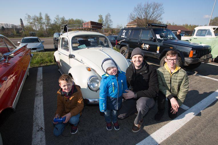 Robin Van Praet met z'n kinderen voor z'n Volkswagen Kever. Hij vreest voor de toekomst van z'n hobby.