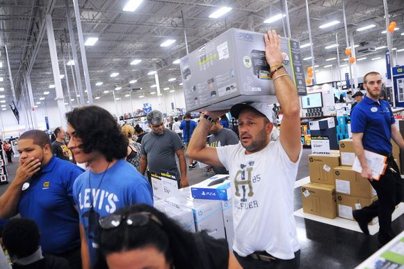 Elektronica-koopwoede in een Best Buy-winkel in de V.S. Ook in België is Black Friday ondertussen losgebarsten.