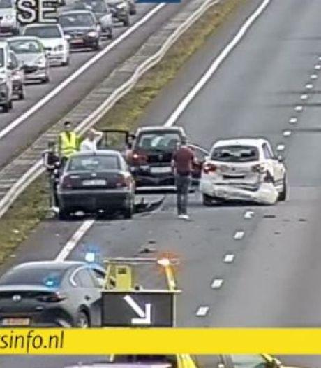 Rijstroken afgesloten vanwege ongeluk op de A12 richting Duitsland; file in beide richtingen
