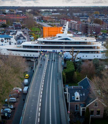 Megaoperatie: met passen en meten wordt 94 meter lang superjacht door de bruggen van Alphen geloodst