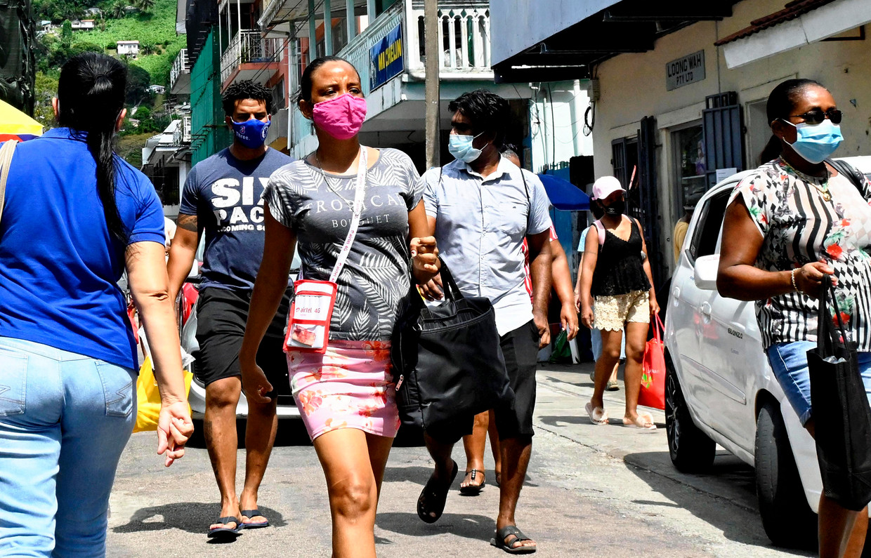 Op straat in Victoria, op de Seychellen. Het land is weer open voor internationale bezoekers. Beeld AP