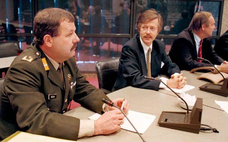 Minister Voorhoeve van Defensie (2e van rechts) en generaal Nicolai (links) tijdens een besloten hoorzitting over de val van Srebrenica.  Beeld Hollandse Hoogte /  ANP