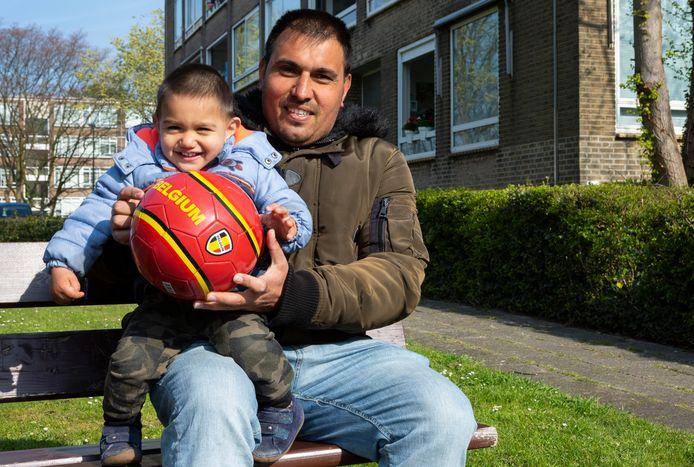Sahin, hier met zoontje Ali van anderhalf jaar, is niet ontevreden.