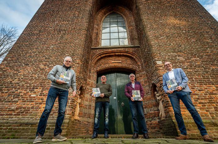 De werkgroep Steensels archief presenteert een tweede boek over de Steenselse historie. Vlnr Jan van de Ven, Jan van Nunen, Jan van der Sanden en Patrik Bierens.