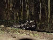 Auto crasht in sloot in Putten, bestuurder gewond