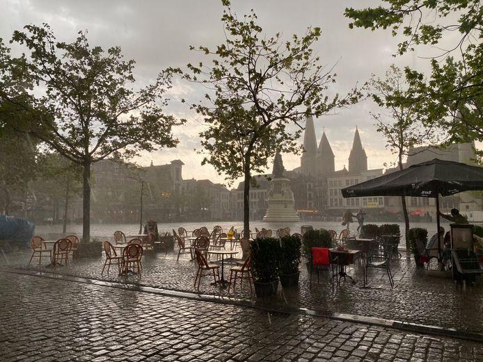 Vrijdagmarkt: de terrassen zonder afdak regenen leeg.