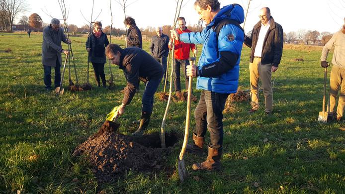 Jack Verhulst van de ZLTO plant de eerste boom die boer Wim van Roessel vasthoudt.