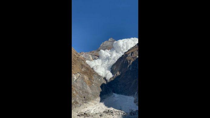 Une impressionnante avalanche a dévalé le long du flanc de la montagne du glacier Kapuche au Népal.