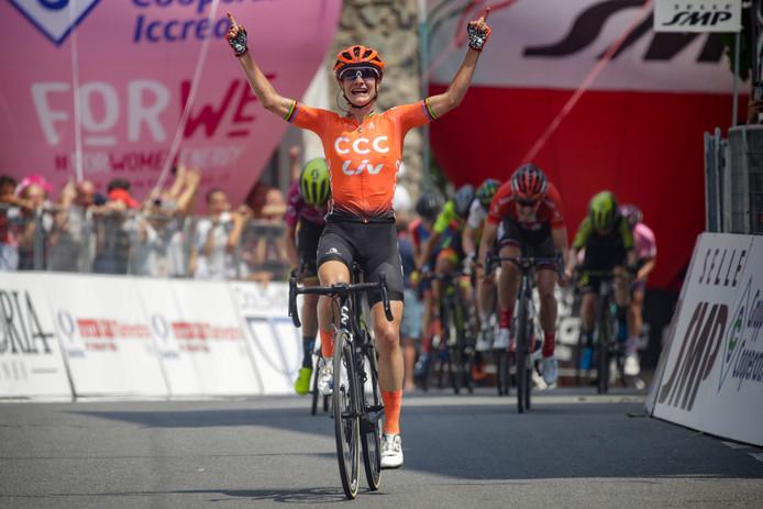 Vos wint tweede etappe Giro Rosa na sprint met Van Vleuten