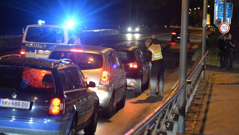 De Duitse politie houdt auto's tegen bij de Duits-Oostenrijkse grens. Beeld ap