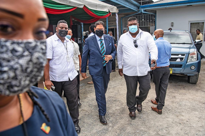 De Surinaamse president Santoki bezoekt Wanica, omringd door bodyguards. Hij werkt aan een nieuw Suriname, maar er wordt nog steeds rekening gehouden met een aanslag. Beeld Guus Dubbelman / de Volkskrant
