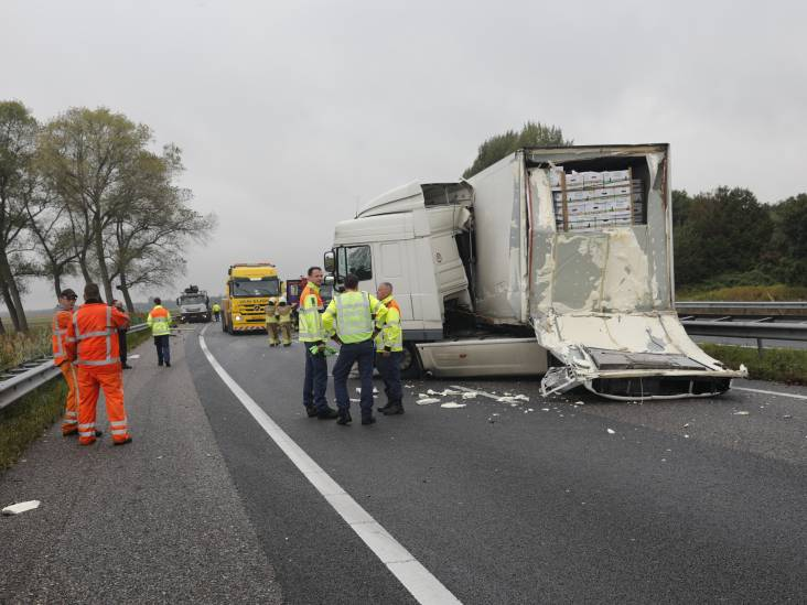 A58 richting Breda bij Wouwse Plantage tot 17.30 uur dicht door ongeluk met twee vrachtwagens