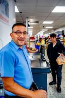 Yasar Özkaraaslan in zijn supermarkt: ,, Misschien kom ik als Turkije aan de competitie meedoet.''