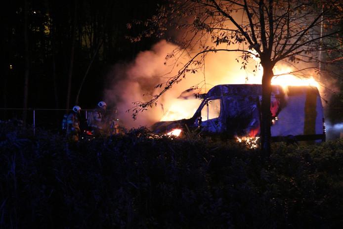 Een busje is dinsdagavond in brand gevlogen op de carpoolplaats aan de Floraweg in Maarssen.