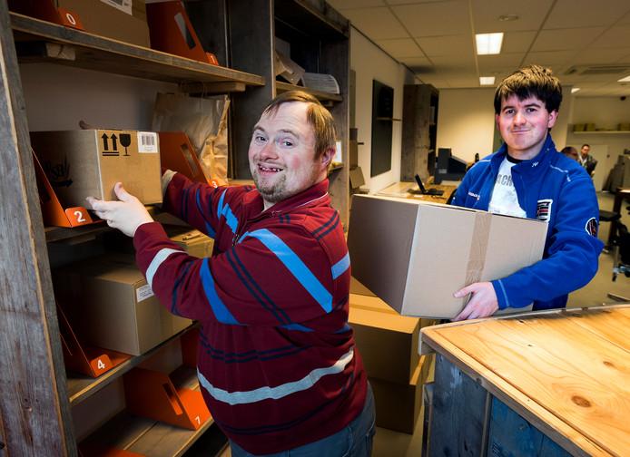 Erik van de Ridder (links) en Kevin Oerlemans van Reinaerde bij het nieuwe pakketpunt van PostNL